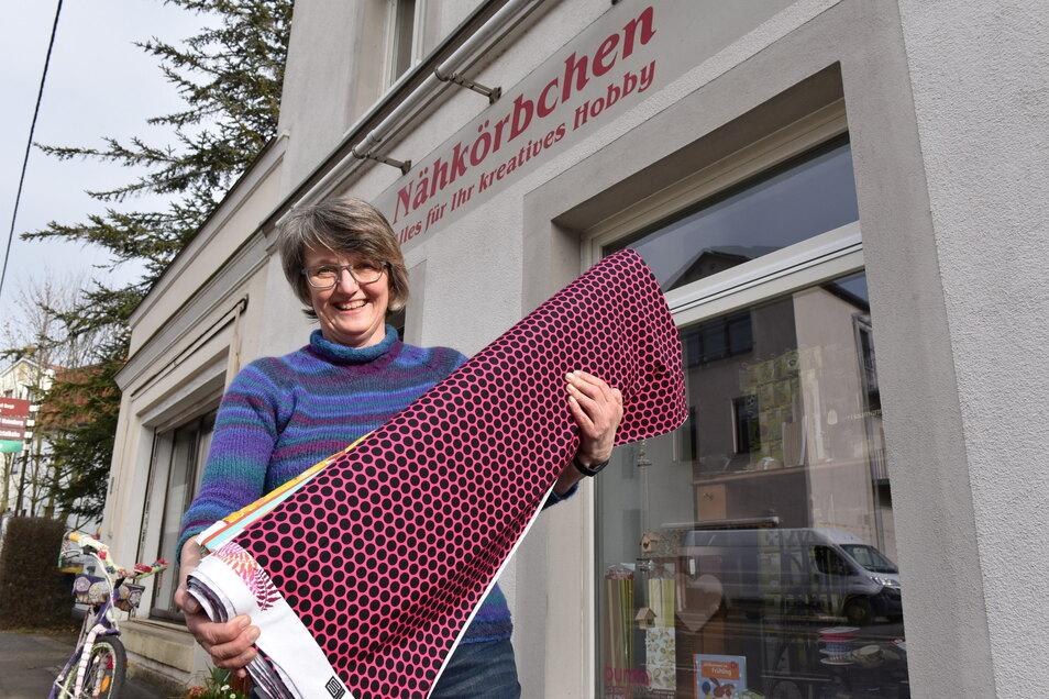 """Martina Mildner vom """"Nähkörbchen"""" an der Rabenauer Straße in Freital bereitet sich auf die Rückkehr der Kunden vor."""