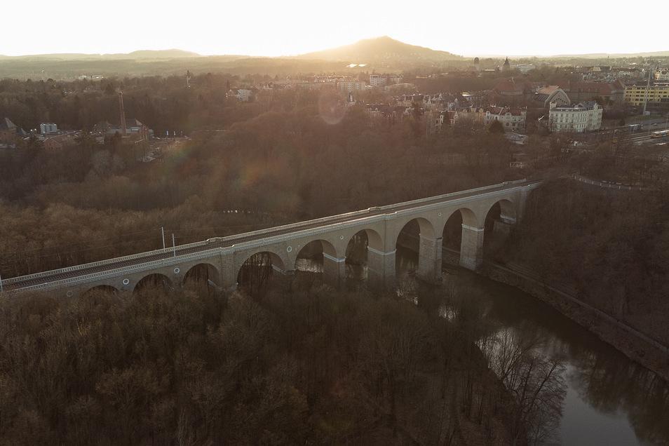 Auf der deutschen Seite (r.) der Neißebrücke fehlen Strommasten und Fahrdraht.