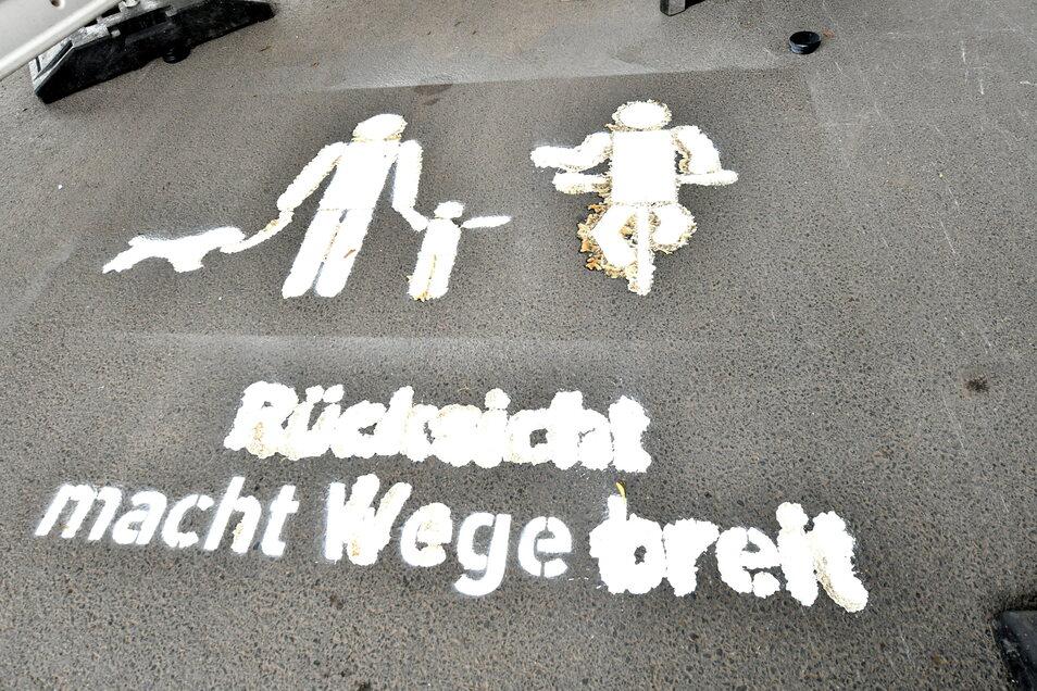 Missglückte Aktion: Die aufgesprühte Schrift auf dem Elberadweg unter dem Blauen Wunder ist kaum lesbar.