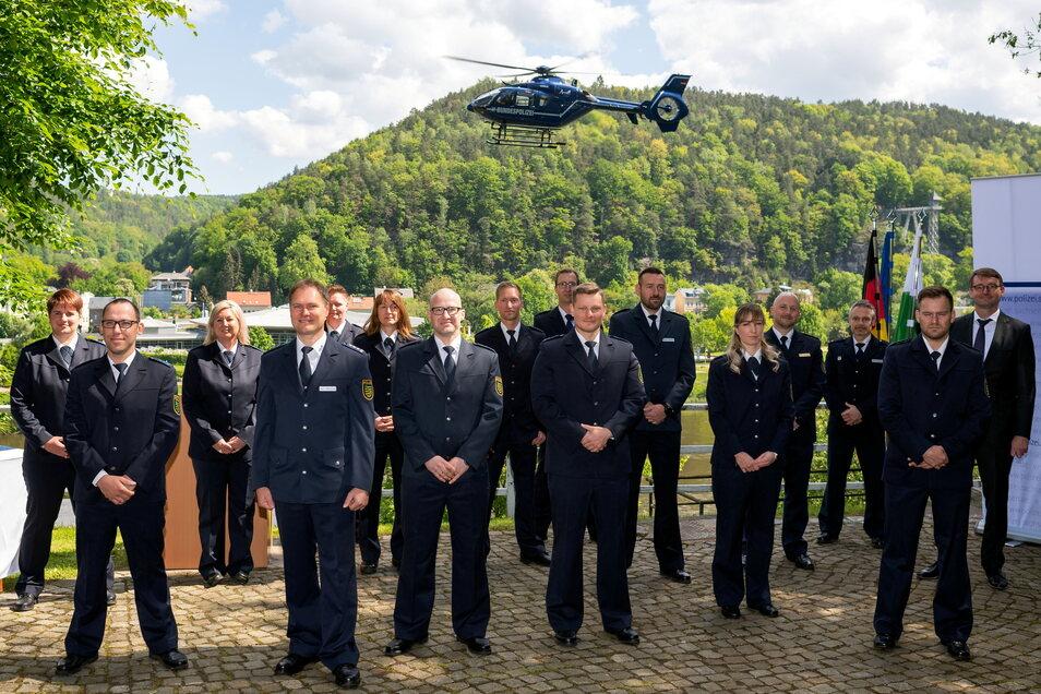 Gruppenbild mit Hubschrauber: Sachsens Innenminister Roland Wöller (re.) mit Polizisten in Bad Schandau.
