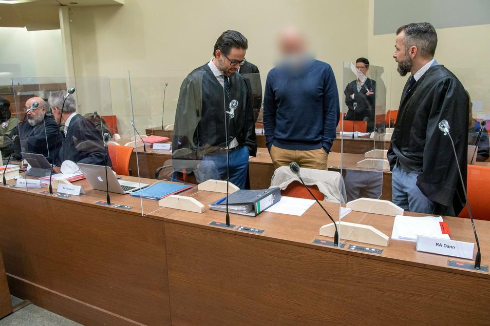 Der Angeklagte Mark S. (vorne, 2.v.r) steht bei Prozessbeginn mit seinen Anwälten Juri Goldstein (l) und Alexander Dann (r) zusammen.