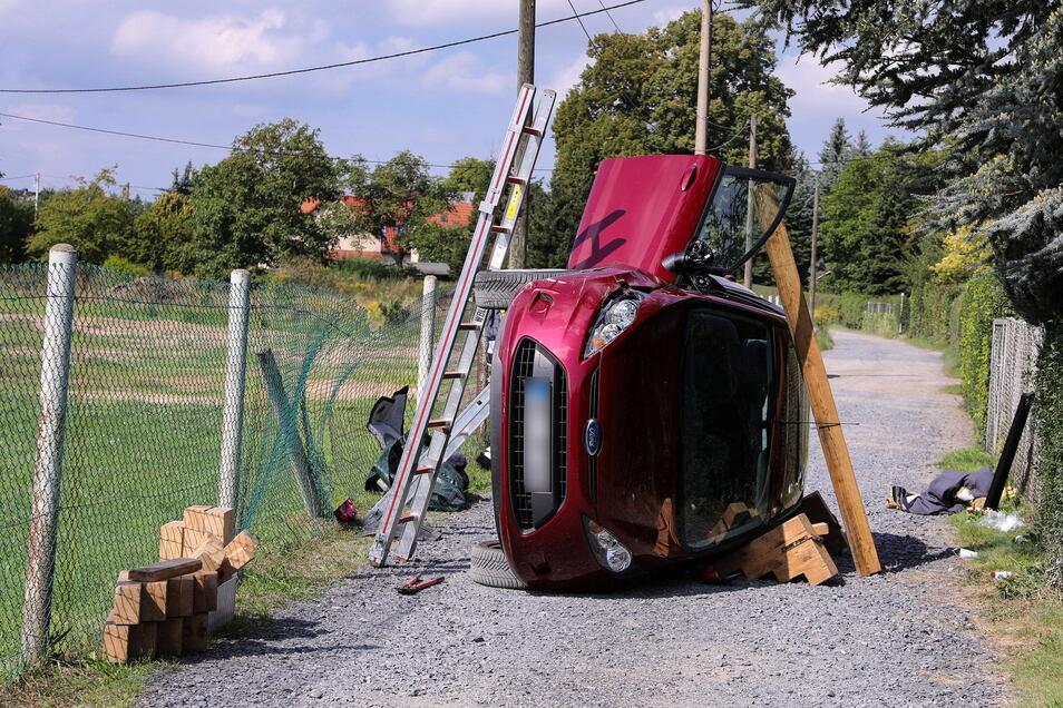 Eine 81-jährige Fahrerin eines Ford Fiesta kam auf dem Neuen Weg in Weinböhla aus noch unbekannten Gründen von der Fahrbahn ab und kollidierte mit einem Zaunpfahl. Dabei kippte der Kleinwagen auf die Fahrerseite.