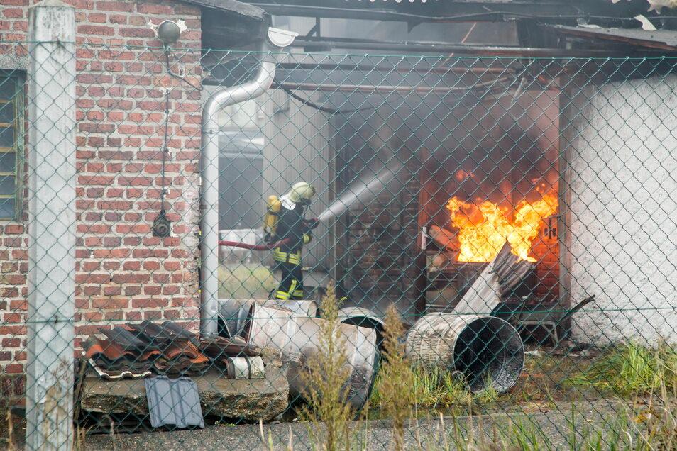 Schwierigster Einsatz für die Feuerwehren im Raum Niesky war im vergangenen Corona-Jahr der Brand in der Nieskyer Lackfabrik Höpner.