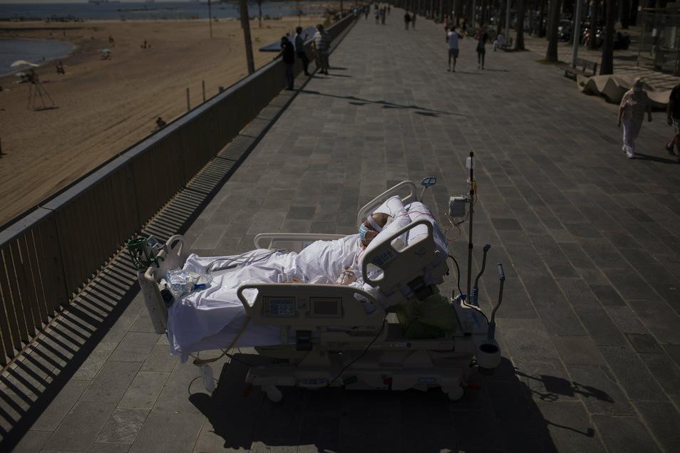 """Francisco Espana, 60, verbringt Zeit auf der Promenade vor dem Strand in der Nähe des """"Hospital del Mar"""" in Barcelona. Das Krankenhaus untersucht, wie kurze Ausflüge zum Strand Covid-19-Patienten helfen können, sich von der langen und traumatischen Int"""
