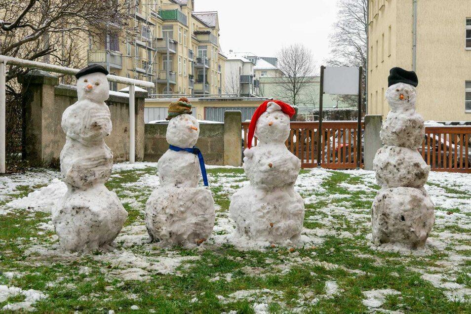 In Cotta grüßte eine ganze Schneemannfamilie aus dem Vorgarten.