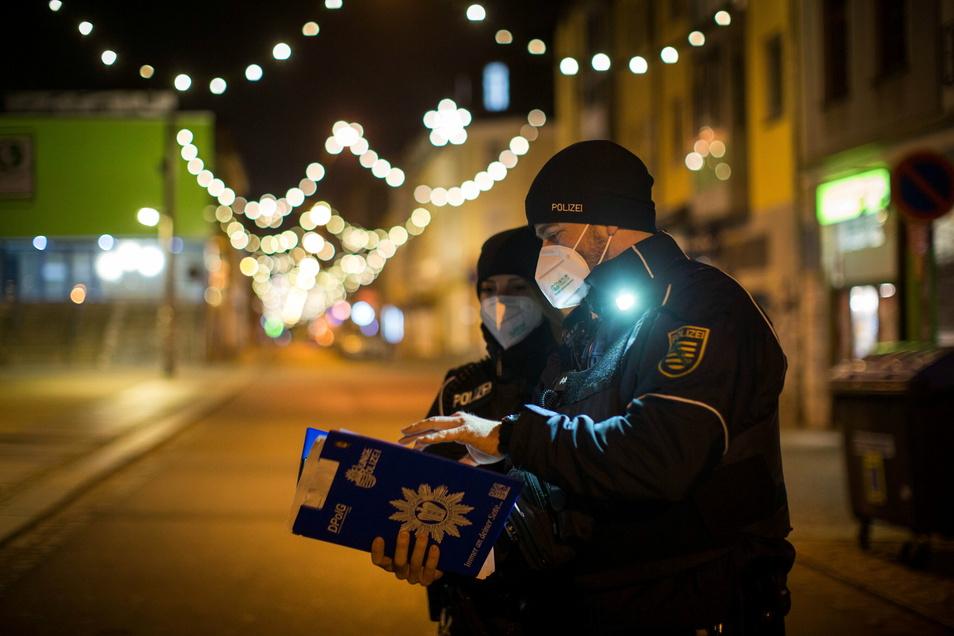 """""""Wir haben die Arbeit trotzdem erledigt"""": Polizeistreife in der äußeren Neustadt während der nächtlichen Ausgangssperre."""