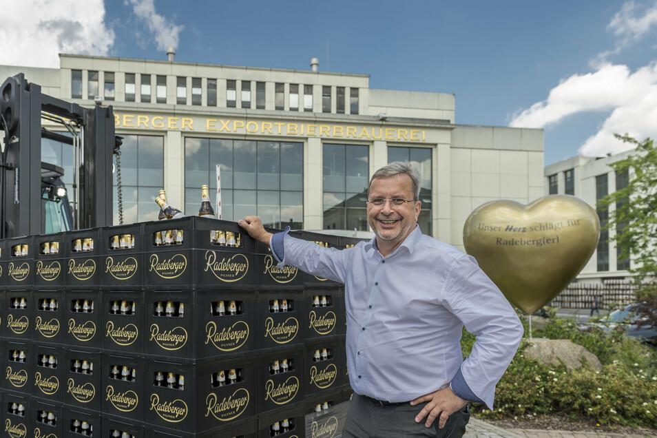 Axel Frech, Geschäftsführer der Radeberger Brauerei kann sich freuen. Die Spendenaktion seines Unternehmens läuft besser als gedacht.
