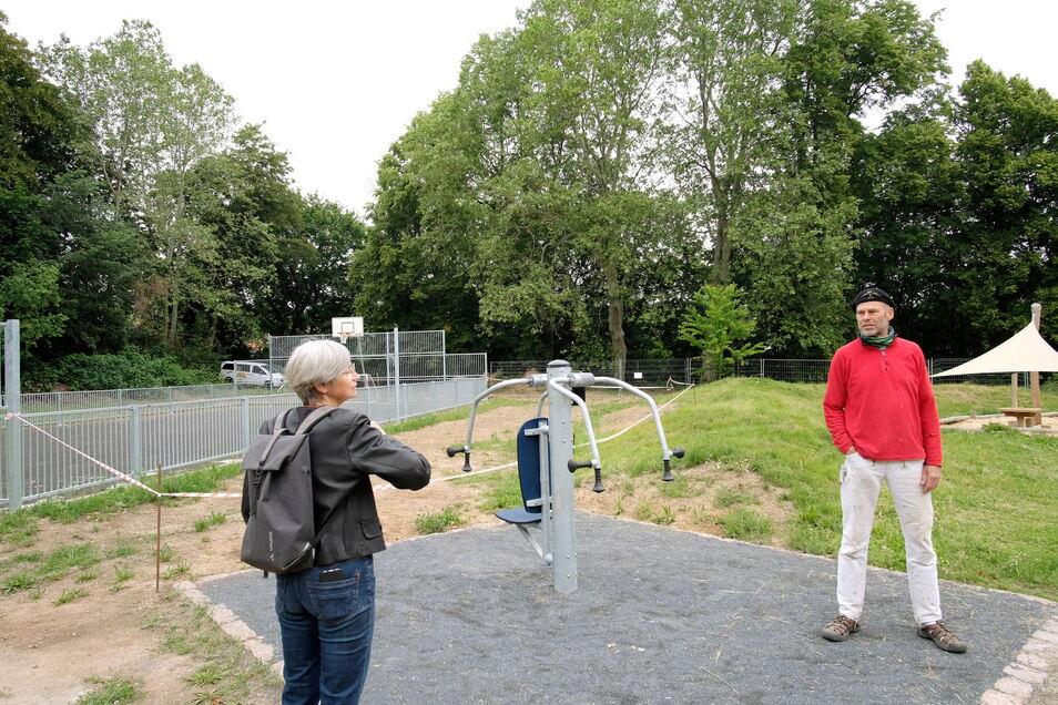 Dieses Foto entstand im vorigen Sommer: Ina Heß und Bill Quaas vom Vorstand der Bürgerstiftung auf dem Außengelände an der Jahnhalle, wo bereits erste Spielgeräte generationsübergreifend genutzt werden können.