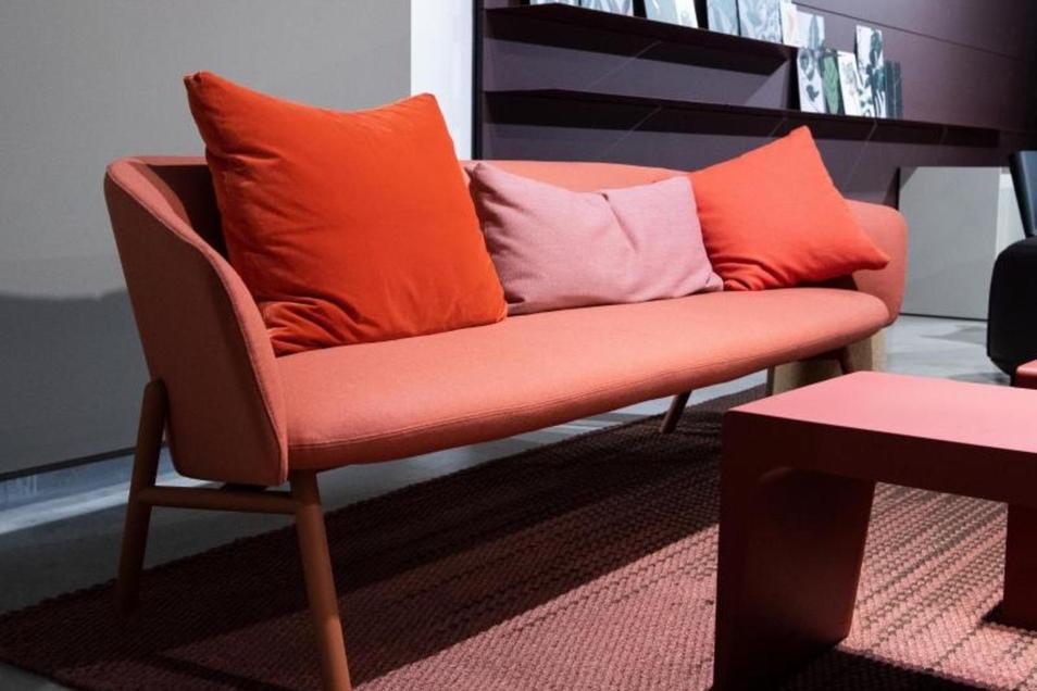 Gerade bei den Polstermöbelherstellern gab es auf der Kölner Möbelmesse IMM schon einige korallfarbige Ausstellungsstücke. Hier ein Beispiel von Kristalia.