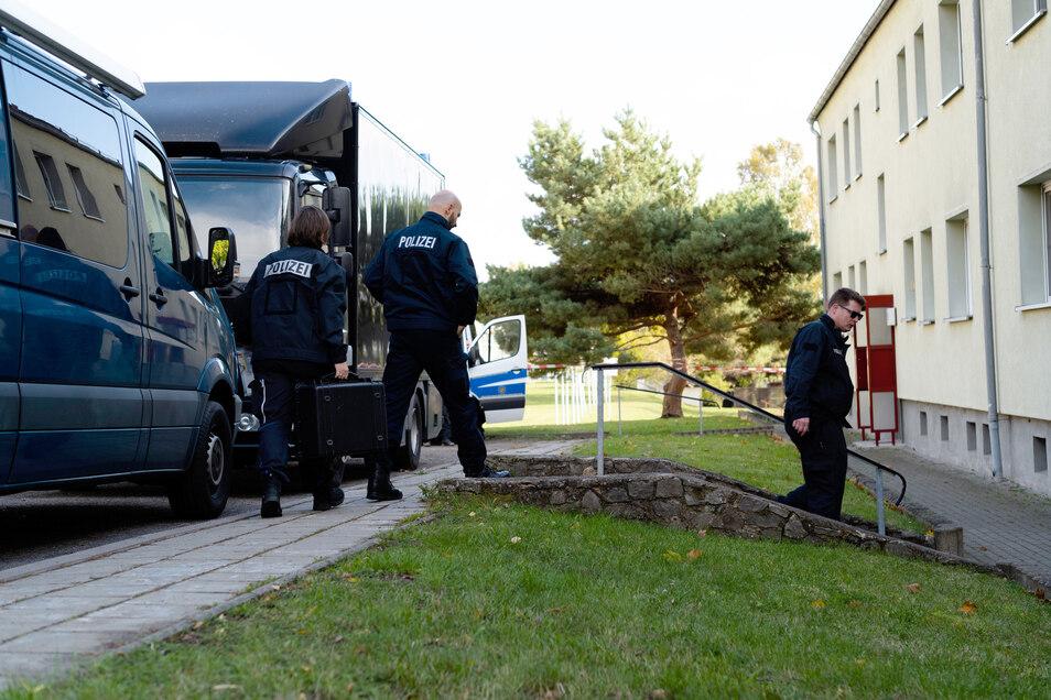 Polizeibeamte stehen vor dem Elternhaus des mutmaßlichen Täters Stephan B. inBenndorf.