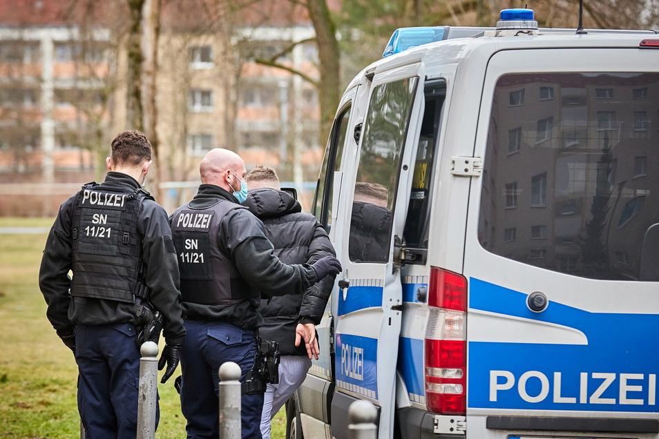 Nach einem Drogenfund wird ein 23-Jähriger in Pirna-Copitz festgenommen.