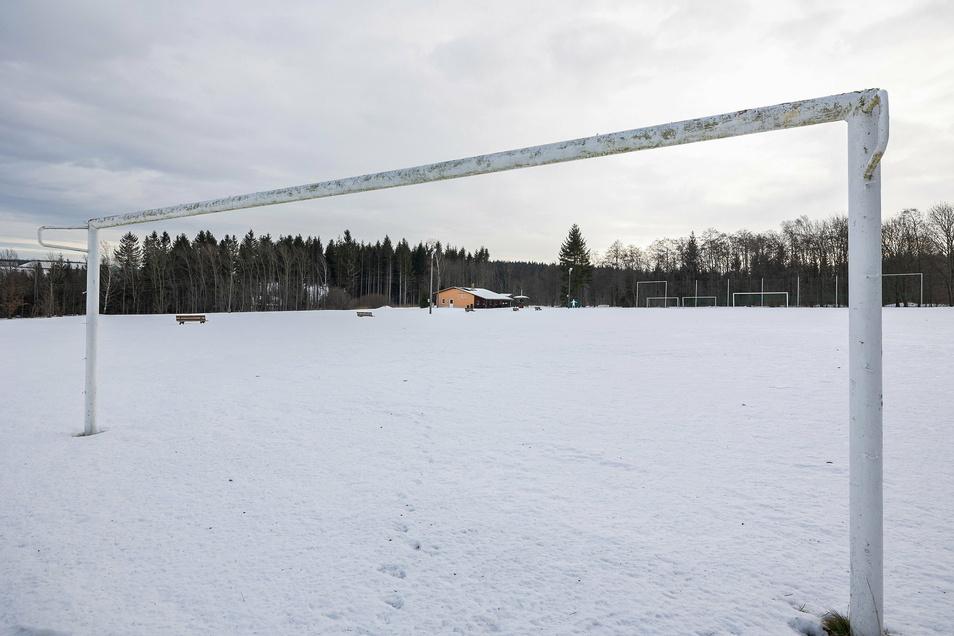 """Die Netze sind abgehängt, der Sportplatz auf der Hennersdorfer """"Alm"""" ist seit über einem Jahr gesperrt. Es fehlt am Geld für eine Wasserleitung."""