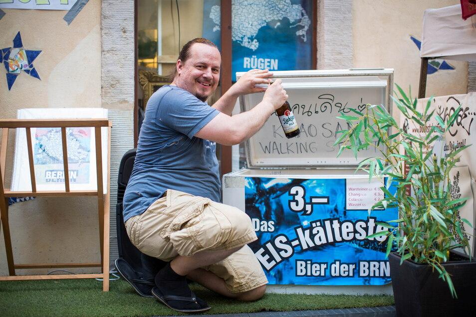 Alexander Heitkamp schwört darauf, dass es bei ihm das kälteste Bier auf der BRN gibt. Das Straßenfest wurde zwar abgesagt, doch Heitkamp feierte vor seinem Laden in der Kunsthofpassage dennoch.