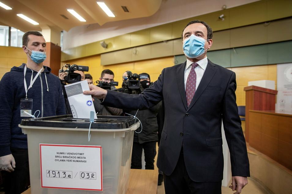 Der spätere Wahlsieger Albin Kurti bei der Stimmenabgabe zur Parlamentswahl.