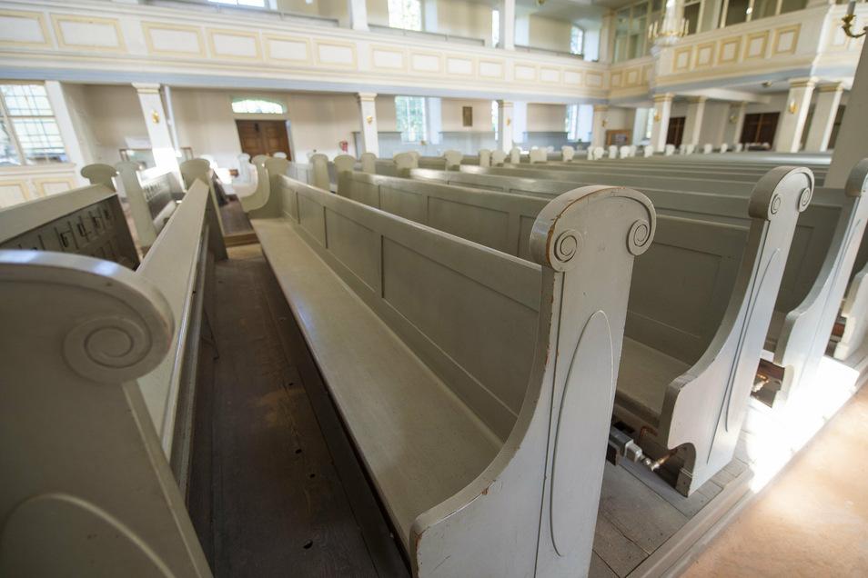 Die Kirchenbänke haben teilweise schon Patina angesetzt. Ob sie ebenfalls abgeschliffen und gestrichen werden, steht noch nicht fest.
