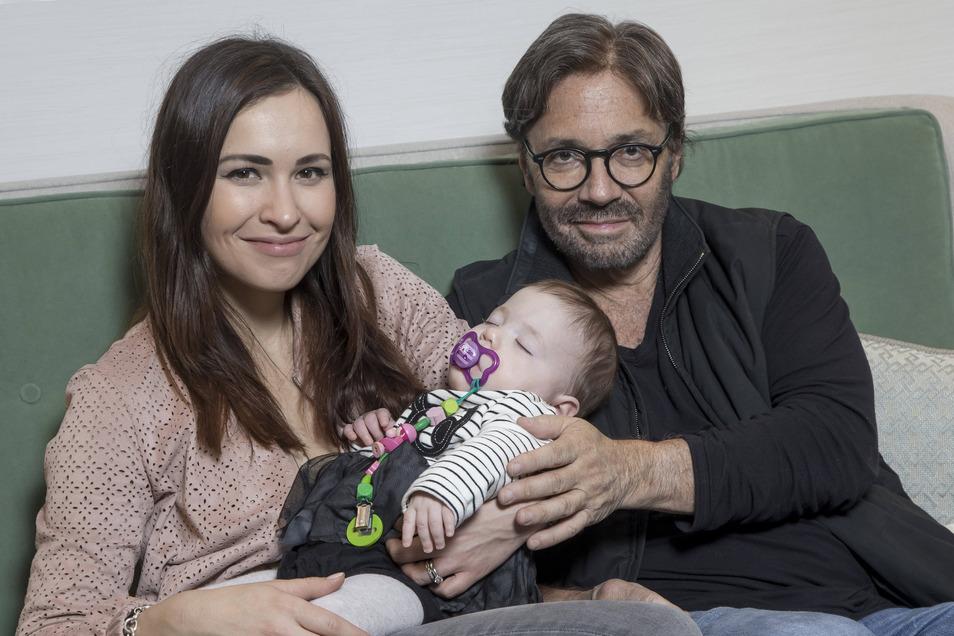 Al Di Meola mit seiner aus Sachsen stammenden Frau Stephanie und der gemeinsamen Tochter Ava Olivia. Sie wurde in Rabenstein geboren.