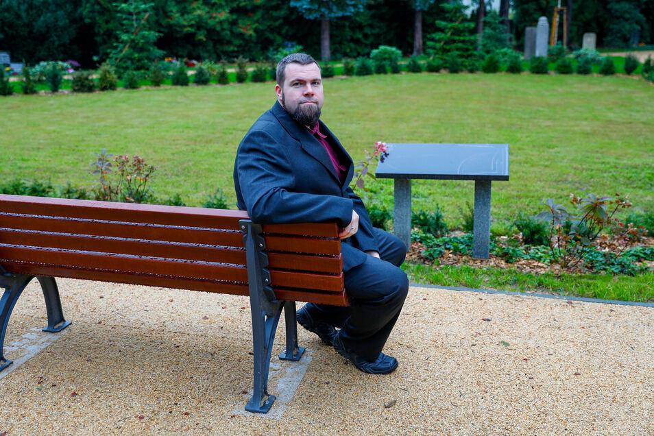 Stefan Winkler vor dem umgestalteten Urnenhof im Zittauer Krematorium.