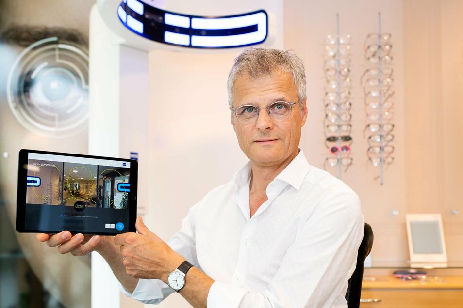 Michael Plüschke zeigt ein hochmodernes Zentriergerät. Es verfügt über neun Kameras. Genutzt wird es unter anderem, um Brillengläser einzuschleifen und Kunden zu ermöglichen, verschiedene Brillenfassungen digital zu vergleichen.