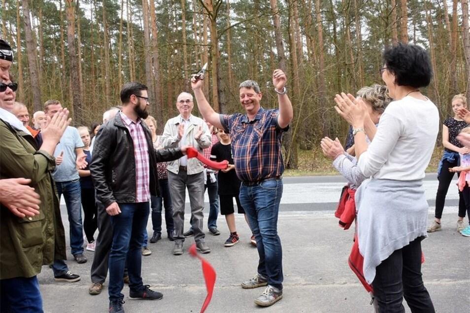 Uwe Blättner (Mitte), Bürgermeister der Gemeinde Mücka, freut sich mit den Anwesenden über die offizielle Freigabe des Radweges zwischen Mücka und Förstgen.