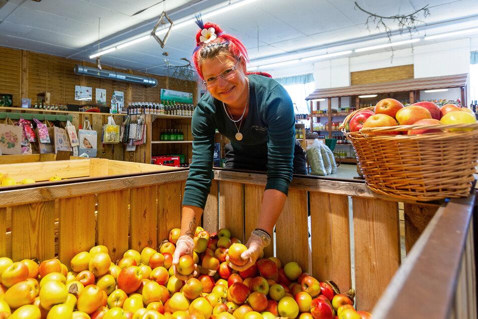 Johanne Caroline Beeg verkauft Äpfel im Hofladen des Guts Pesterwitz.