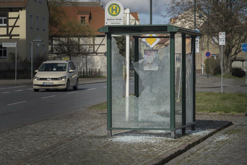 So sah die Bushaltestelle Ende März aus: Offenbar waren die Scheiben mit einem Gegenstand eingeworfen worden.