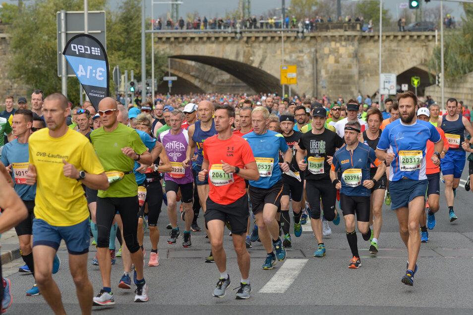 Insgesamt haben sich7.887 Starter für die verschiedenen Distanzen angemeldet.Neben der Hauptstrecke über 42,195 Kilometer wurden erstmals eine Staffel über die klassische Distanz sowie der Halbmarathon, ein 10-Kilometer-Lauf und ein Zehntelmarathon über 4,2 Kilometer angeboten.Foto: Cristian Juppe