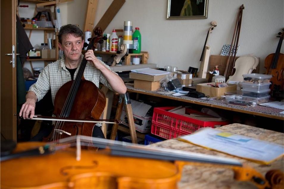 Konzentriertest Zuhören beim Chello-Klangtest in der Werkstatt.