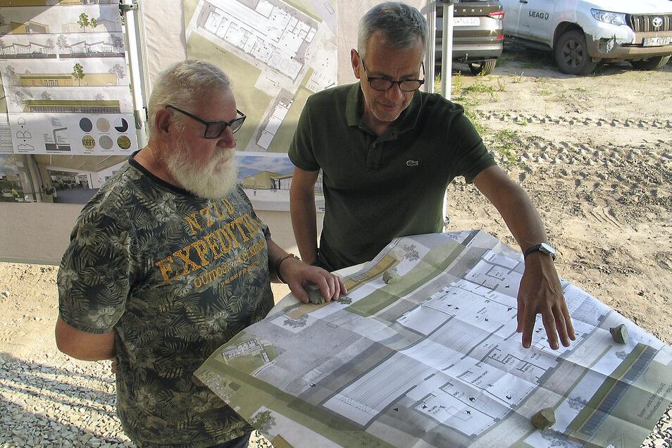 Als die Leag im September 2020 zu einem kleinen Fest auf den fertig erschlossenen Umsiedlungsstandort Mühlrose einlud, kamen Gemeinderat Ernst-Gerd Paulfer (li.) und der Architekt Dipl.-Ing. Falk Schubert zu den Planungen ins Gespräch.