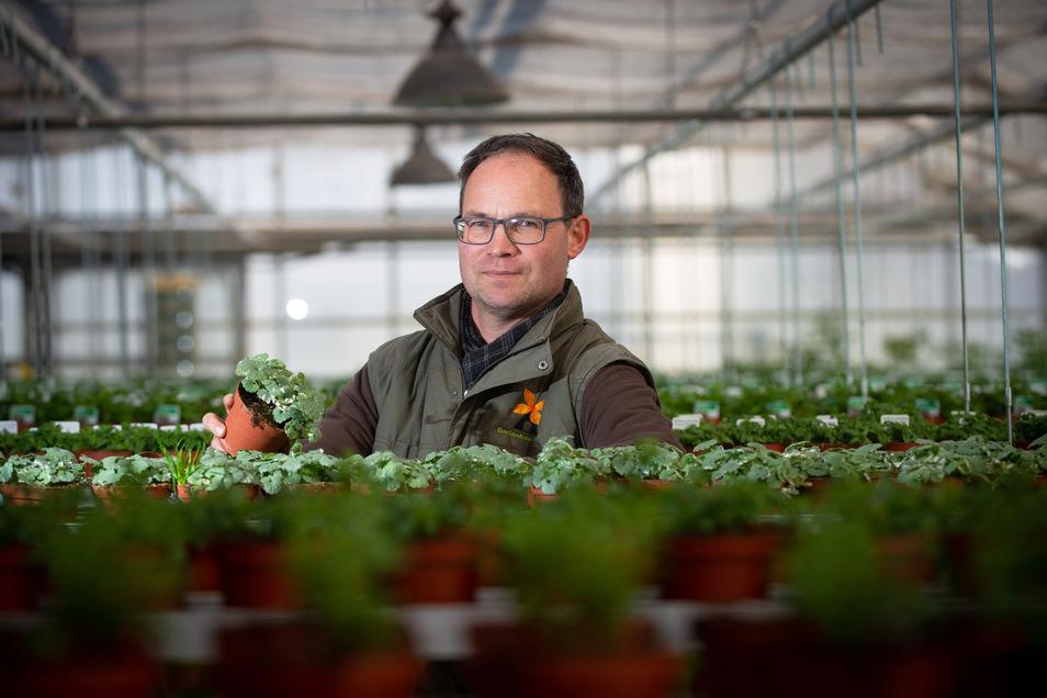 Andreas Müller macht sich Sorgen, dass er seine Pflanzen nicht rechtzeitig verkaufen kann.
