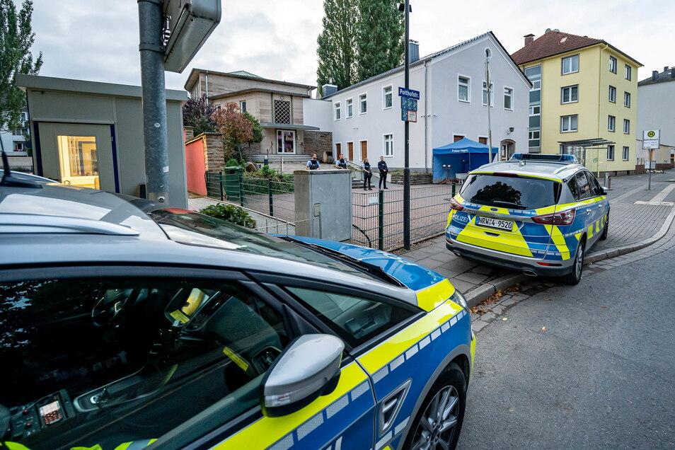Polizeifahrzeuge sind vor der Synagoge in Hagen weiterhin präsent.