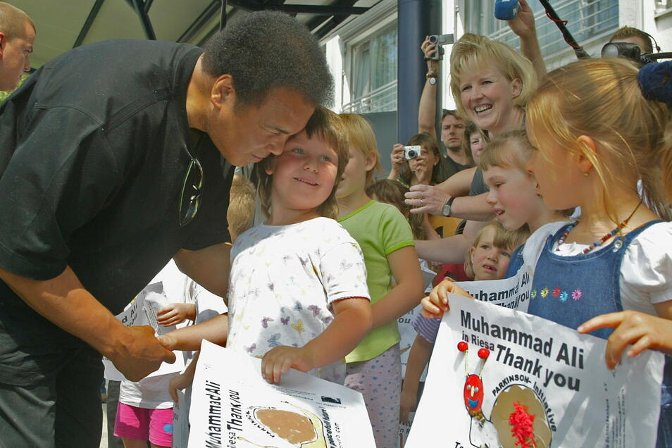 Bei seiner Ankunft am Riesaer Hotel Mercure war Muhammad Ali im Juni 2002 frenetisch begrüßt worden. Nun gibt es dort eine Suite, die seinen Namen trägt.