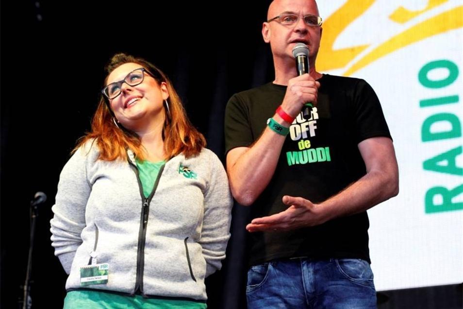 Steffen Lukas moderiert auf der Bühne.