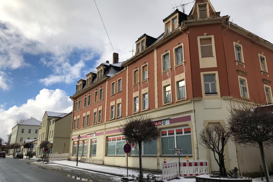 Die ehemalige HO an der Bahnhofstraße in Ebersbach steht seit Jahren leer.