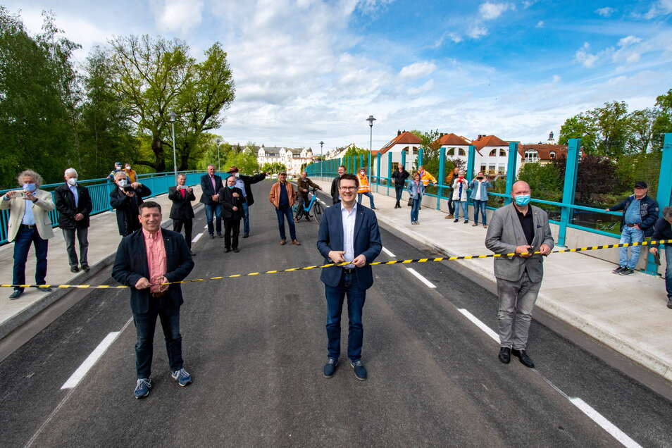Döbelns Oberbürgermeister Sven Liebhauser (Mitte), sein Stellvertreter Rocco Werner (links ) und Döbelns Bauamtsleiter Erik Brendler haben das symbolische Band zerschnitten.