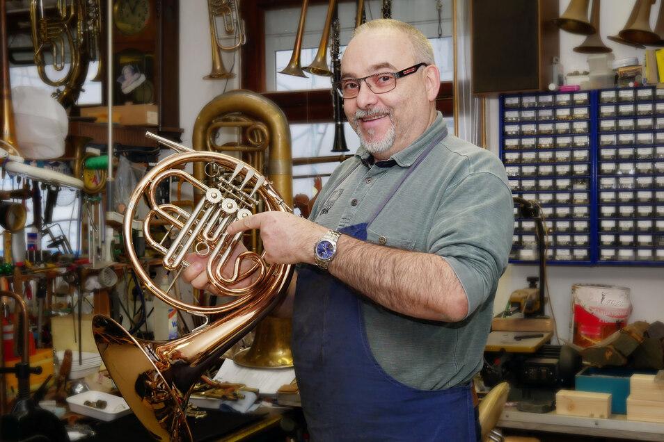 Frieder Löbner repariert auch in diesen Tagen Musikinstrumente. Für seine Kunden ist er nun halt einfach per Telefon oder E-Mail erreichbar! Und über #ddvlokalhilft.