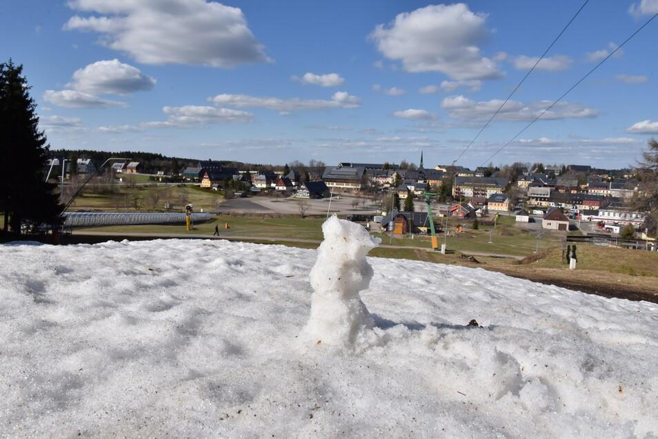 Am Skihang in Altenberg sind noch letzte Schneereste zu entdecken.
