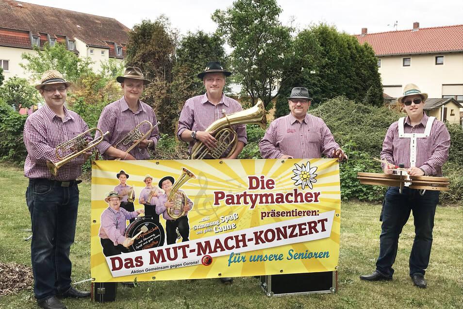 Die Partymacher spielten für die Senioren des Seniorenzentrums Weidenblick im Garten.