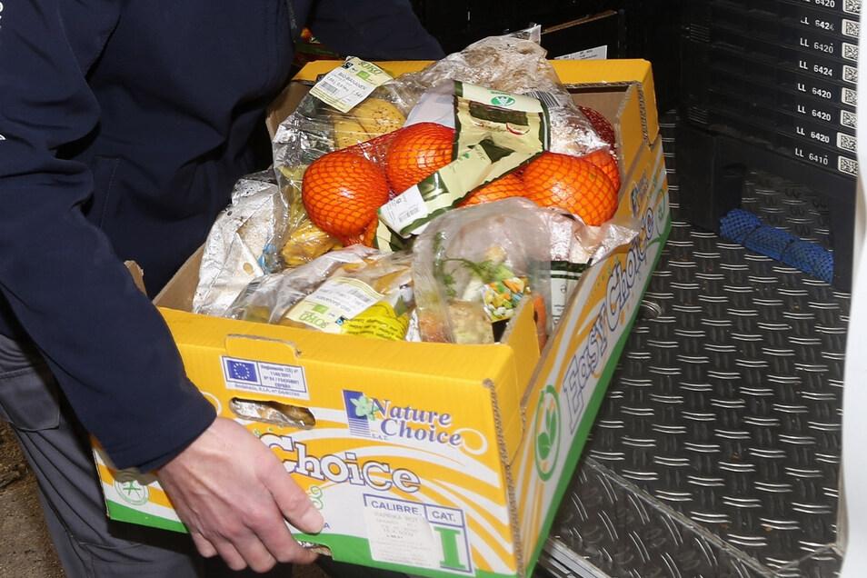 Die Menschen, die zu Hause unter Quarantäne gestellt sind, müssen sich benötigte Lebensmittel vor die Tür stellen lassen.