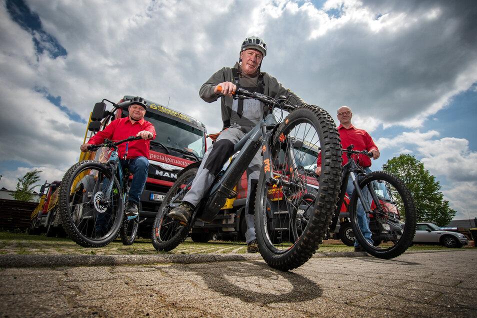 Lagerarbeiter Steffen Burkhardt (Mitte) kommt täglich mit seinem E-Bike zur Arbeit. Das Dienstfahrrad haben die beiden Chefs der Firma Gerüstbau Gemeinhardt, Dirk Eckart (links) und Walter Stuber, zur Verfügung gestellt.