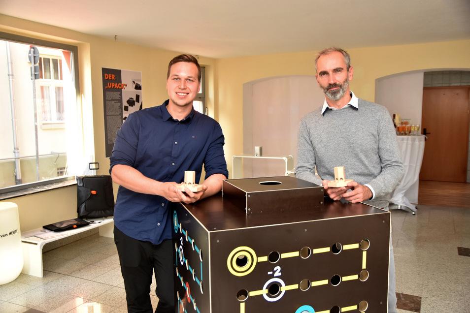 Steven Finke und René Teinze im neuen Testladen in der Kirchstraße 8. In den Händen halten sie jeweils einen der Kugelwürfel. Links im Hintergrund ist Finkes modulares Taschensystem zu sehen.