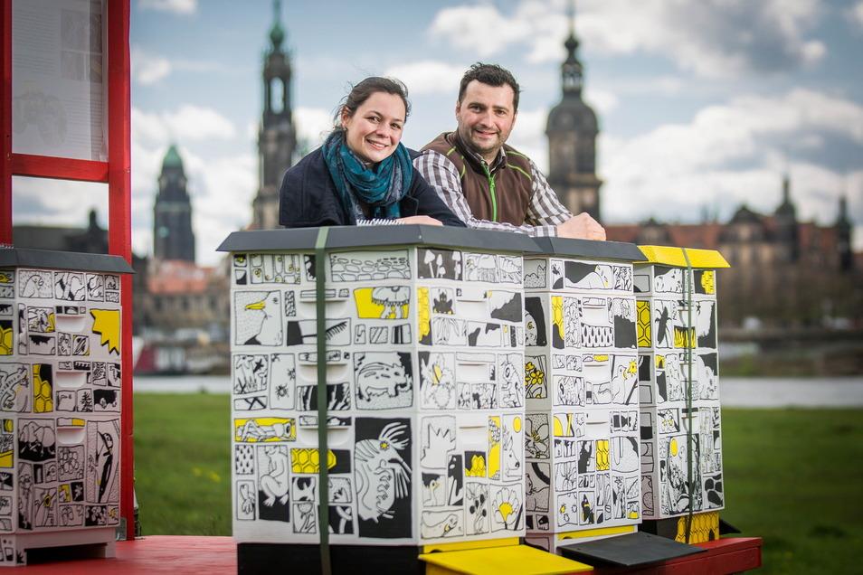 Nele Loeper vom Festivalteam des Palaissommers und Sebastian Habel vom Bienenkollektiv freuen sich schon auf viele Interessierte, die sich von ihnen in die Welt der Bienen einweihen lassen.