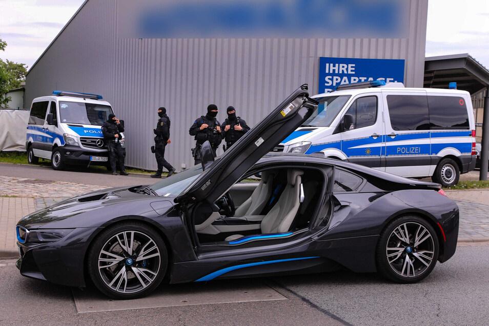 Unter anderem diesen BMW hat die Polizei sichergestellt.