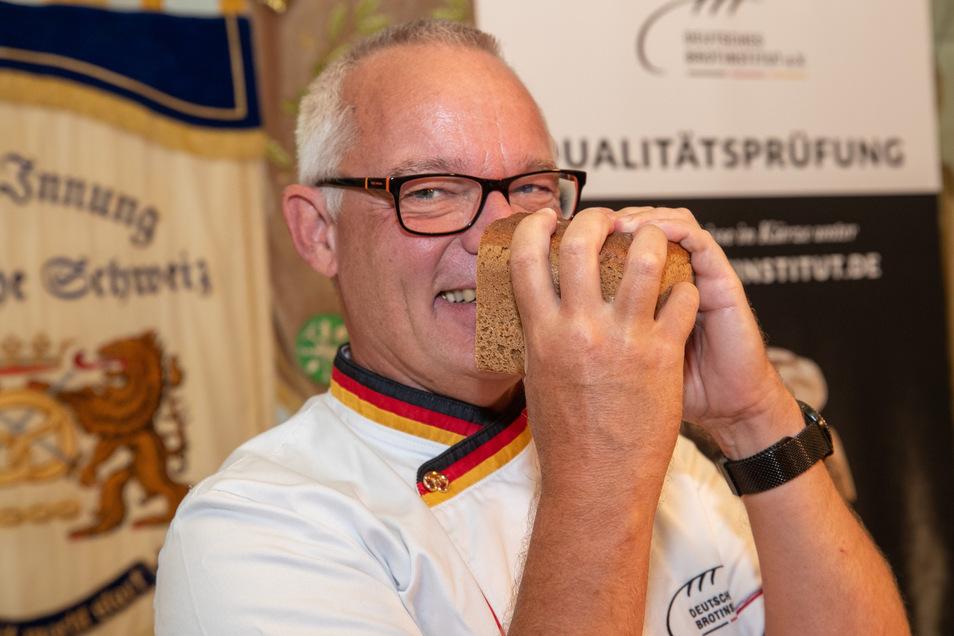 Michael Isensee prüft ein Roggenvollkornbrot in Pirna.