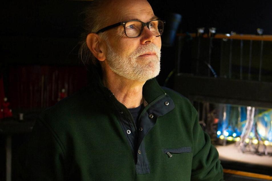 Stefan Wiel mit einem Modell im Theater.