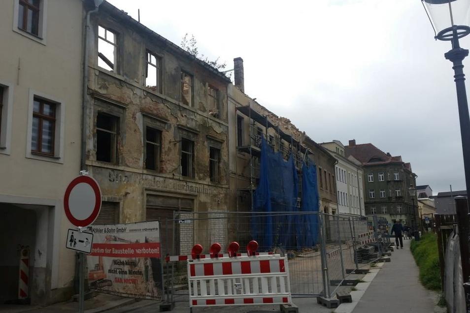 Von diesen beiden Stadthäusern an der Zittauer Albertstraße steht nur noch die Fassade.