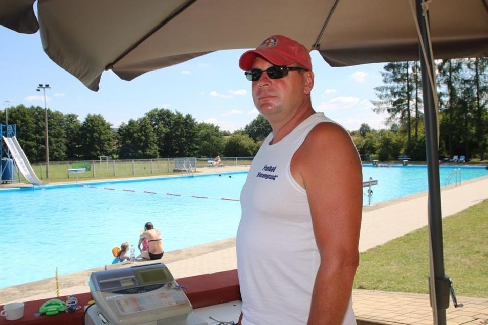 Schwimmmeister Silvio Berger hat im Bischheimer Bad jetzt viel zu tun.