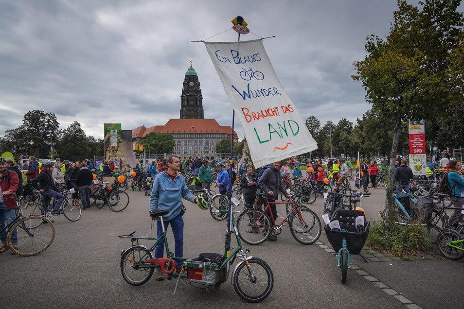 Auf zahlreichen Plakaten brachten die Radfahrer ihre Hoffnungen zum Ausdruck