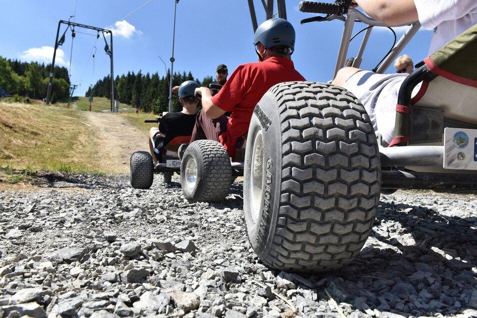 Neueste Attraktion in der Altenberger Ski- und Rodelarena: Mountaincarts. Die Bergwagen werden mit dem Schlepplift nach oben gezogen, ehe es etwa 1 000 Meter auf einer eigens angelegten Strecke rasant wieder hinunter in die Bergstadt geht.