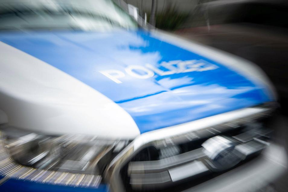 Durch eine Glasflasche hat eine 20-Jährige in Dresden einen Streifenwagen beschädigt.