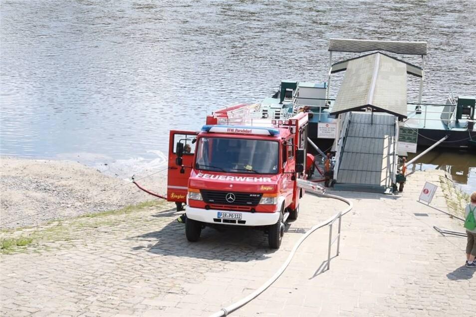 Die Feuerwehr holt mit dem Tankfahrzeug Wasser aus der Elbe.